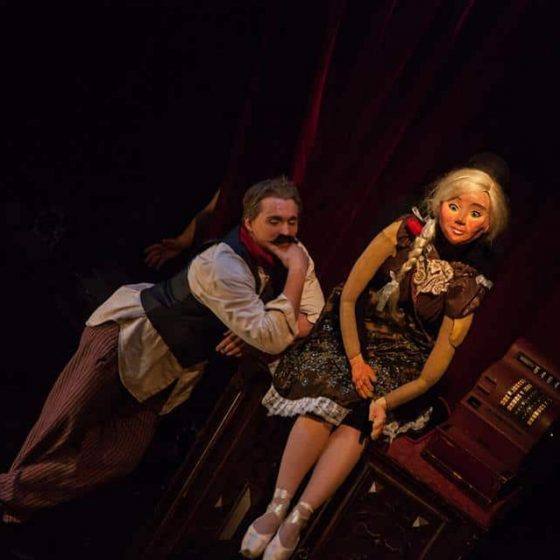 Lauri and puppet at den fantastiska leksaksaffären