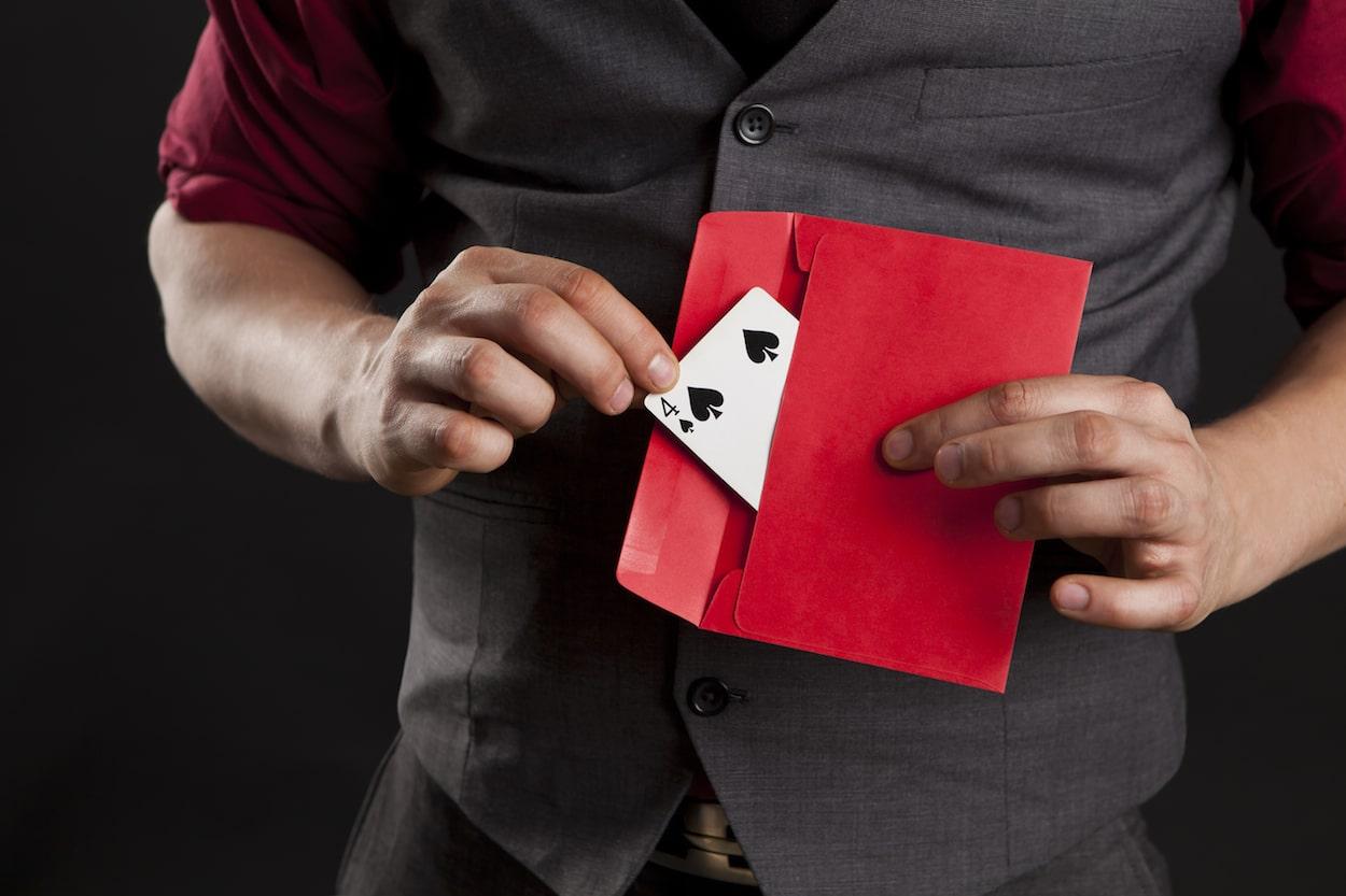 Kirjekuori ja pelikortti