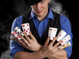Taikuri Lauri Tuhkasella on pelikortit sormien välissä