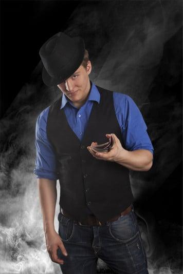 Taikuri Lauri Tuhkanen sekoittaa pelikortteja yhdellä kädellä
