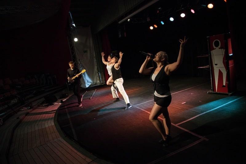 Sirkustarinoita-näytelmän esiintyjät
