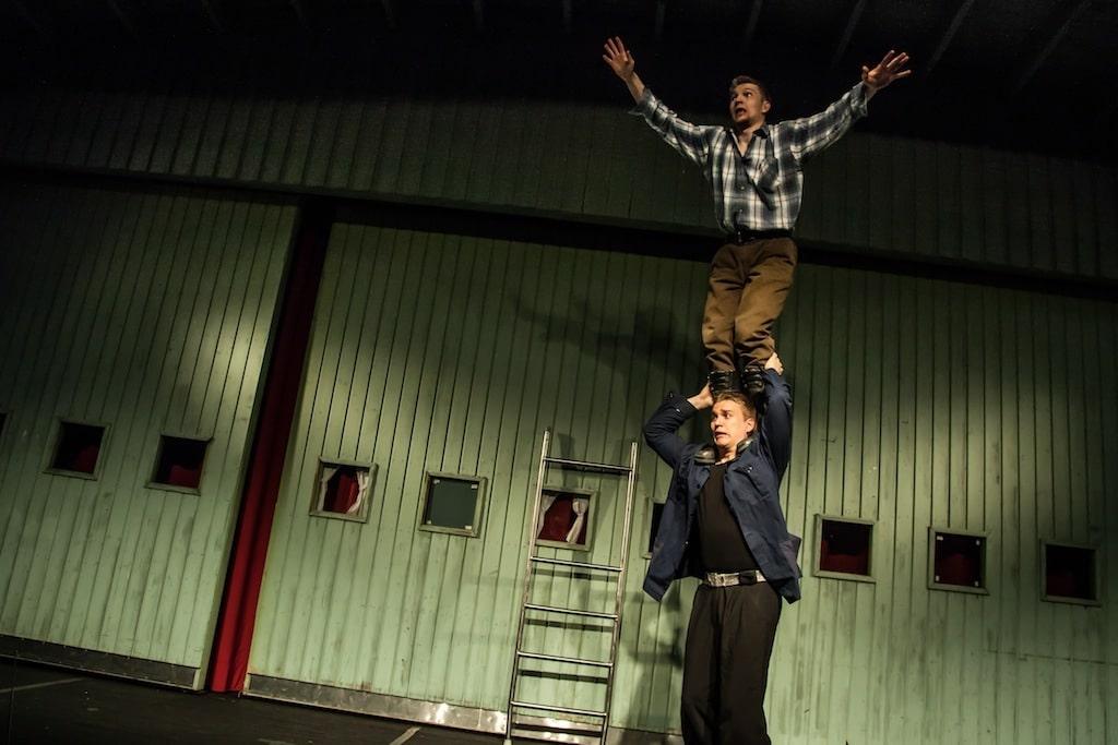 Talonmies ja Nobody jr. yrittävät vaihtaa lamppua sirkustarinoita-esityksessä