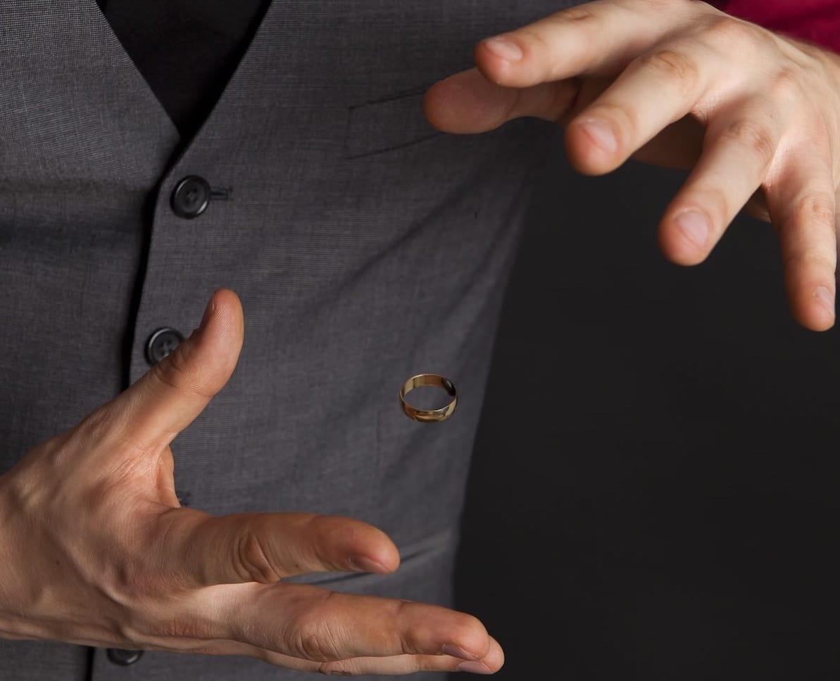 taikuri Lauri leijuttaa sormusta