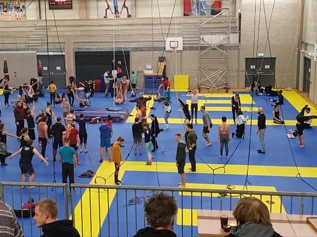 akrobaatteja harjoittelemassa